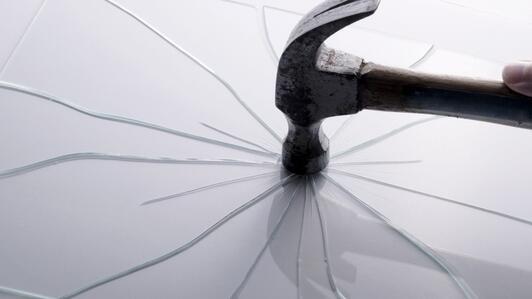Plexi, Polycarbonat und Glas – wir vergleichen diese drei Stoffe!