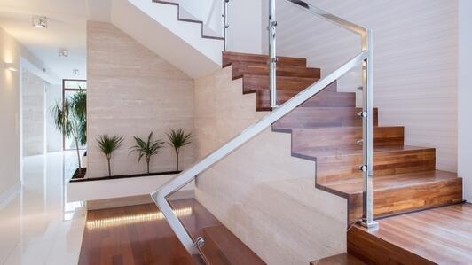 Balustrade aus Plexi – für eine Treppe, ein Zwischengeschoß oder als Schutzbarriere