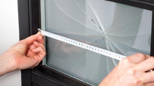 Plexiglas-Türglas - warum sollten Sie gebrochenes Türscheibe durch Plexiglas ersetzen?